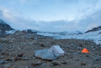 המחנה בבוקר כשהתבהר לצד קרחון ענק