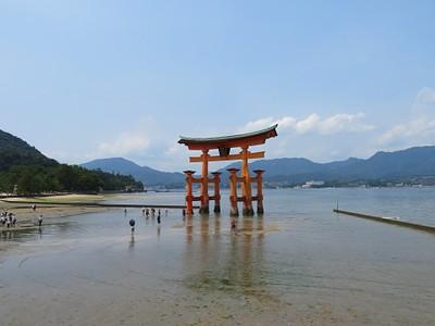 שער ה- Torii של מקדש Itsukushima-jinja