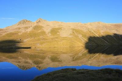 השתקפות ההרים באגם אנג'לוס