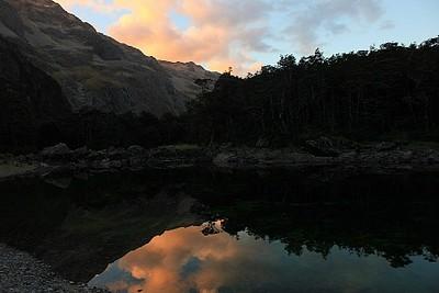שקיעה משתקפת על ה-Blue Lake