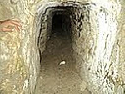 מערת זחילה בגבעה שמול מערות לוזית.