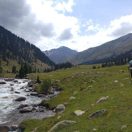 תחילת המסלול מהכפר Jyrgalan בשפה הימנית של הנחל