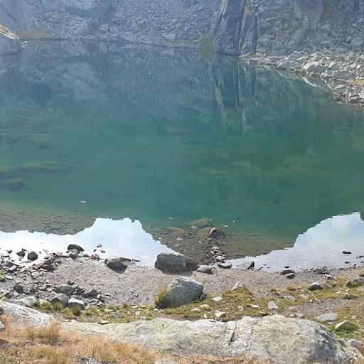 האגם המדהים ליד בקתת המחסה הראשונה