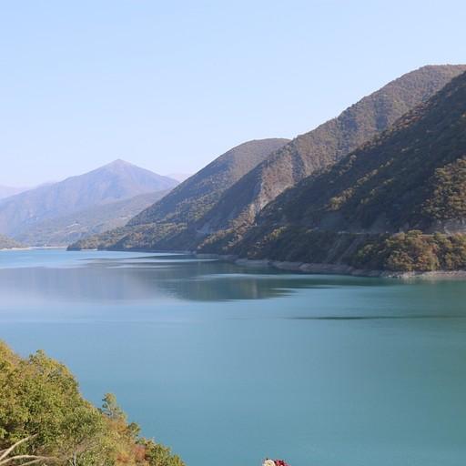 אגם טורקיז גדול ויפה - Jinvali