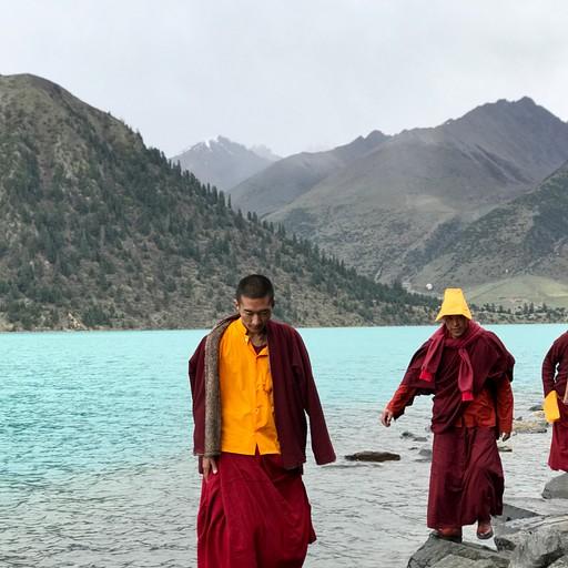 נזירים טיבטיים באגם ייהון לאטסו