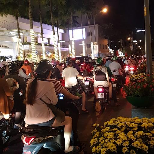 אופנועים סואנים ברחובות הו צ'י מין