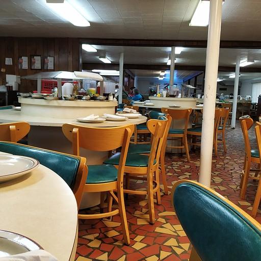 Bea's Restaurant - קונספט בופה, מתיישבים איפה שפנוי, מגישים את האוכל על המסוע המסתובב וממלאים כשנגמר.