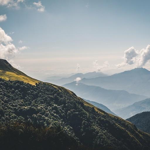שכבות של הרים נעלמים לתוך האופק