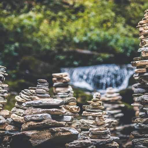 """""""עמק של רוג'ומים"""" - המקום מלא בתלי אבנים שבנו המטיילים החולפים"""