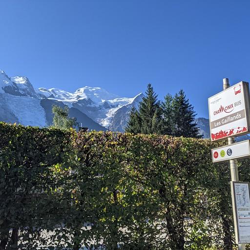 תחנת האוטובוס מחוץ להוסטל (מלון 2-כוכבים...)