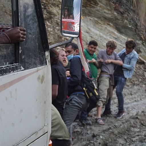עוזרים לאוטובוס לעלות בבוץ