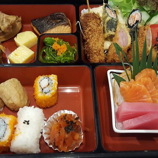 סט סושי במסעדת fuji
