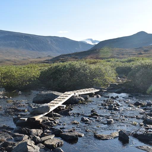 """דוגמא לגשר רעוע המוחזק ע""""י אבן גדולה עליו"""