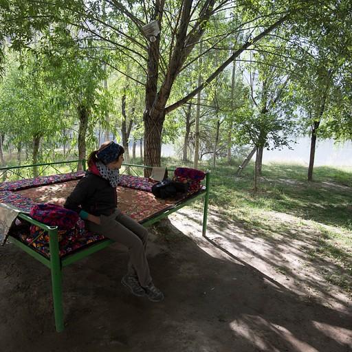 ישיבה נמוכה גבוהה סופר מפנקת. הם ממש טובים בזולות הטאג׳יקים. ברקע - מימין אפגניסטן, משמאל טג׳יקיסטאן על הכביש מחורוג לדושנבה