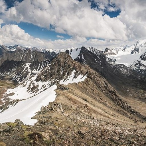 תמונה פנורמית של הנוף מנקודת התצפית בפאס, מימין אגם אלה-קול ומשמאל הדרך היורדת