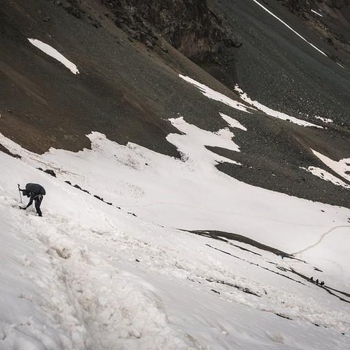 ירידה קשוחה בשלג בזווית חדה