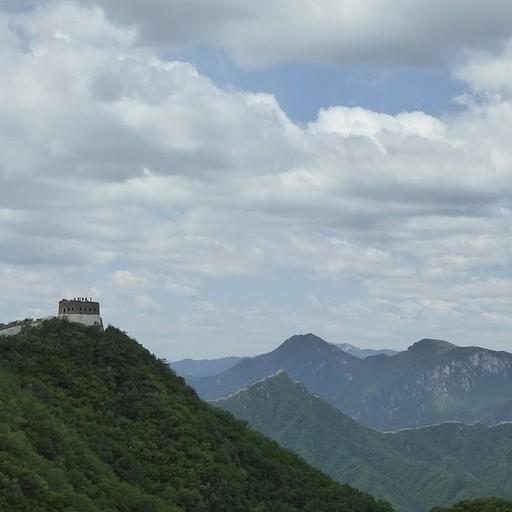 הנוף שנגלה במבט אחורה כשעולים על החומה בjiankou (חדי העין יראו את החומה נמשכת גם על ההרים באופק)