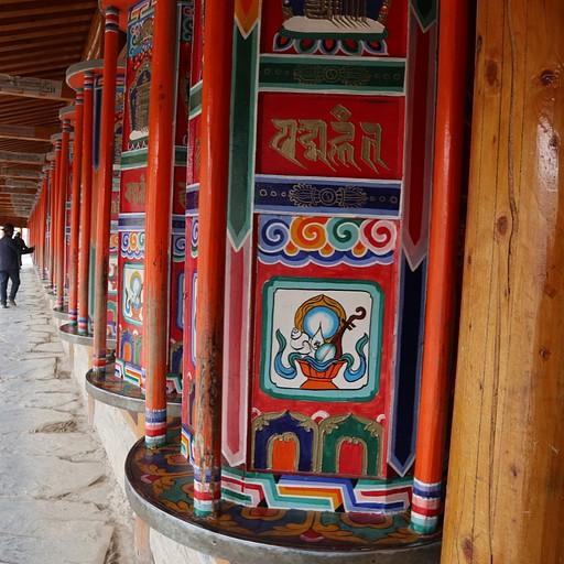 גלגלי תפילה במנזר לאברנג