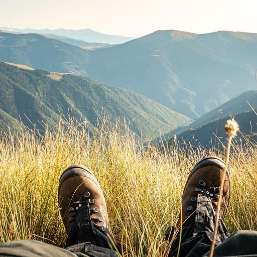 עוצרים למנוחה לשקיעה מדהימה על העמק