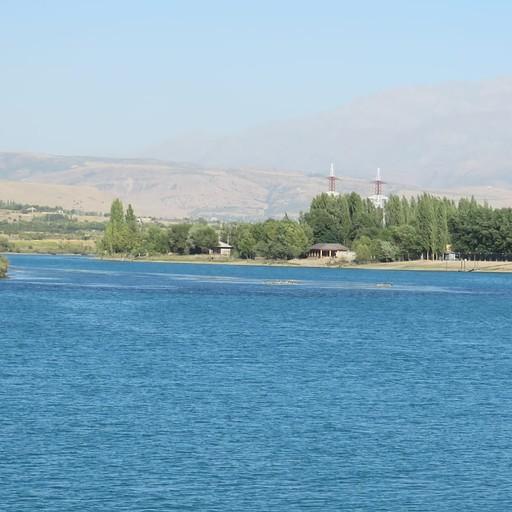אזור יפה של הנחל בדרך מאגם לטשקנט