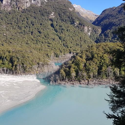 האגם בדארט שנוצר כתוצאה ממפולת וסחף לפני כמה שנים. תצפית מראש המצוק אליו עולה השביל