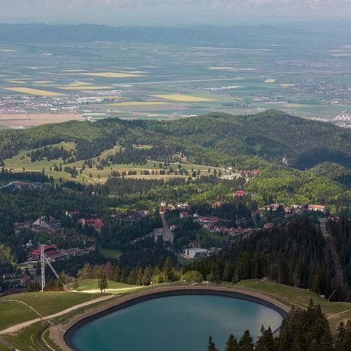 הירידה מהפסגה, נוף לפויאנה בראשוב והאגם המלאכותי.