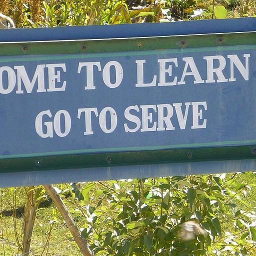 שלט בכניסה לבית ספר באחד הכפרים