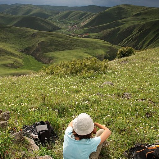 נוף אינסופי של גבעות וכפרים ברמה הטיבטית