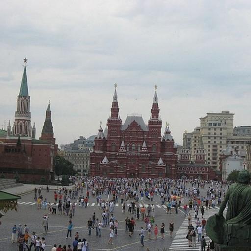 מבט מהבזיליקה על הכיכר האדומה: בחזית - המוזיאון ההיסטורי; בצד שמאל במרכז – המאוזולאום של לנין