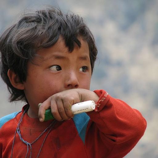 ילד נפאלי באחד הכפרים בהם עברנו