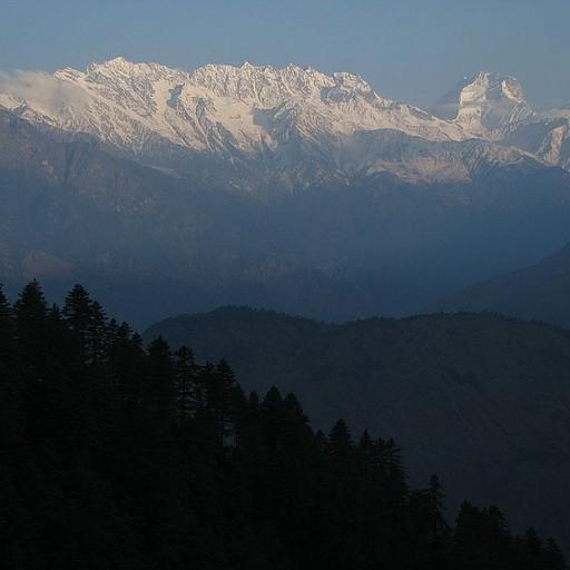 ההרים המושלגים נראים באופק