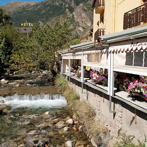 מסעדה מעולה הנמצאת סמוך לגשר שבמרכז הכפר