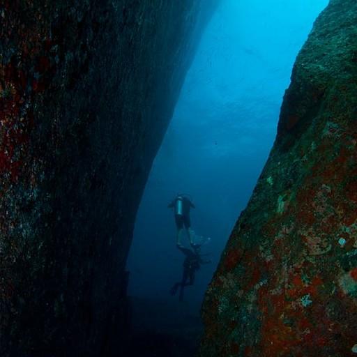 צלילה בין בולדרים ענקיים