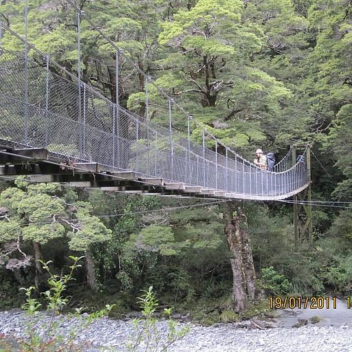 זה גשר שנחשב בטוח לחלוטין - לעומת גשרים של 3 כבלים שמקומות אחרים