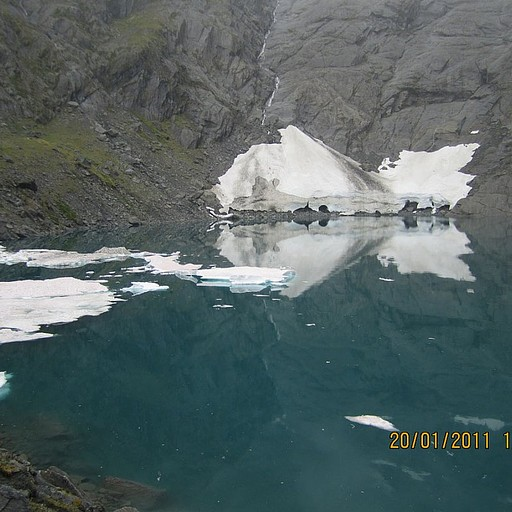 בתקופה מוקדמת יותר בעונת הטיולים (נובמבר - דצמבר) האגם כולו מכוסה בקרחוני ענק