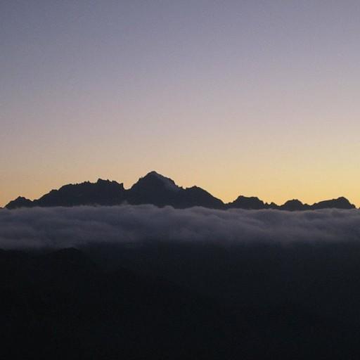 הפסגות מבצבצות משכבת העננים