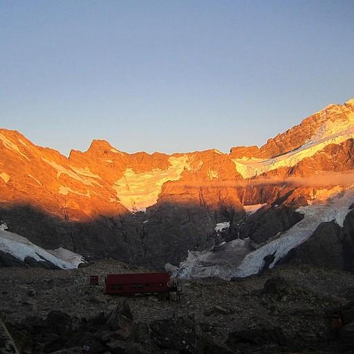 אור ראשון צובע את ההרים בכתום