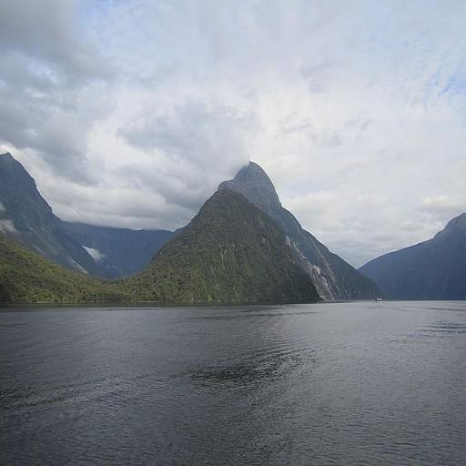 Mitre Peak - מתרומם מקו המים בצורה מרשימה