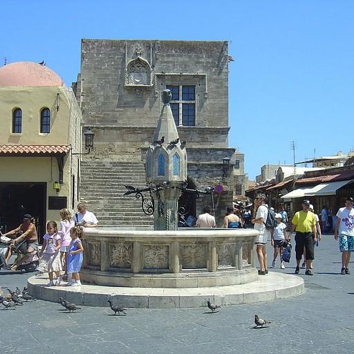רודוס- כיכר היונים במרכז השוק