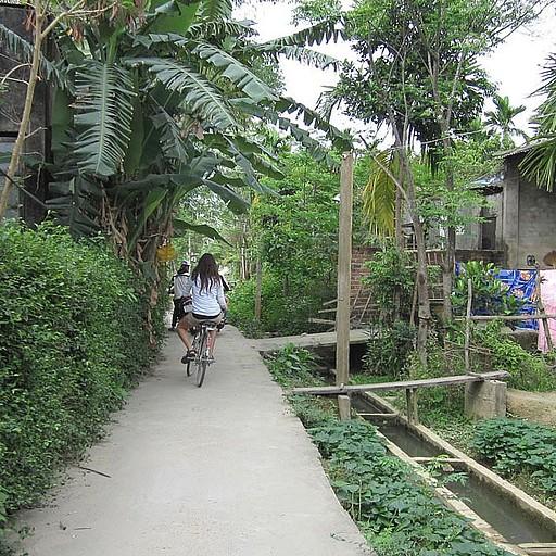 באופניים בכפר המקסים  הסמוך לעיירה