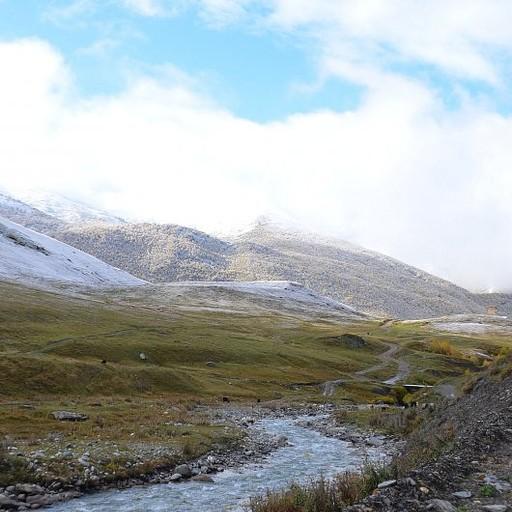 הליכה בעמק לאורך הנהר