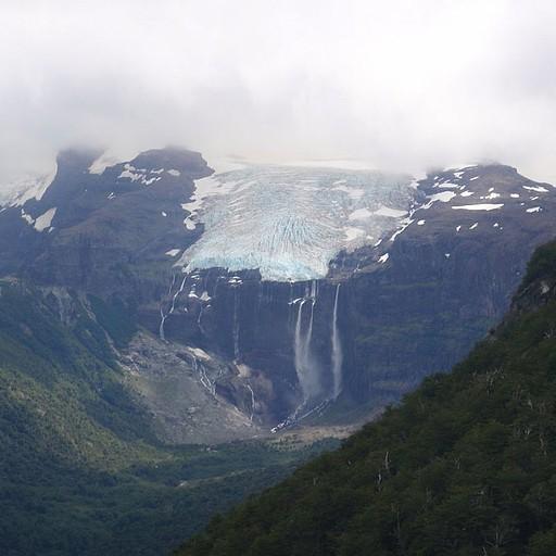 אחד הקרחונים עם המפלים הגועשים