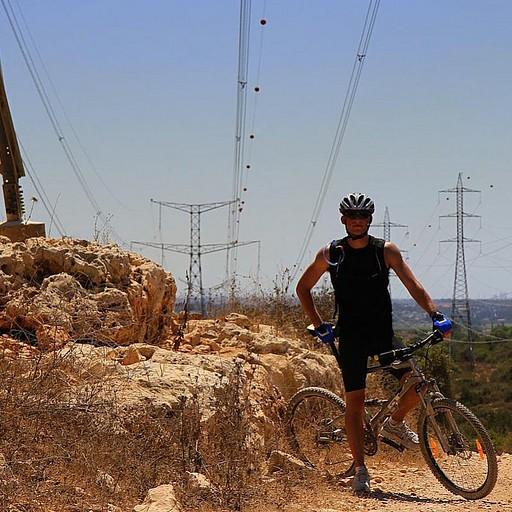 קווי המתח הגבוה לאורך הקטע של שביל ישראל