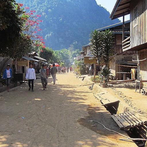 הרחוב הראשי (והיחיד) במונג נוי