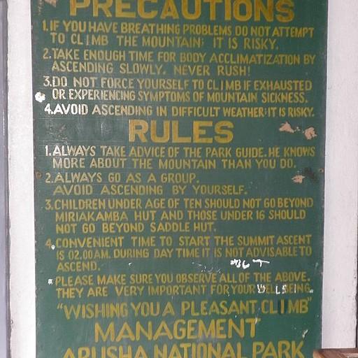 ב'שער מומלה' - הכניסה לטרק. שימו לב לאזהרות הרציניות ממחלת גבהים