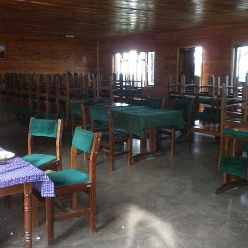 חדר האוכל - למרות הקונוטציה הקיבוצית - כל צוות אוכל בנפרד עם הטבח והמדריך שלו