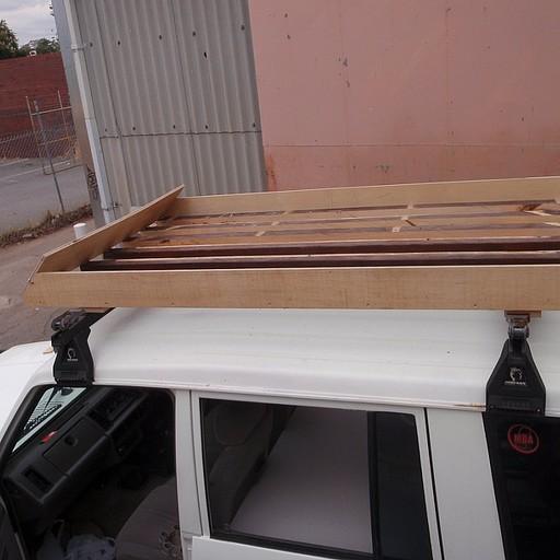 גגון עץ לסחיבת ציוד