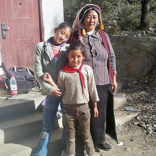 בחצר בית הספר- אימא ובנות.