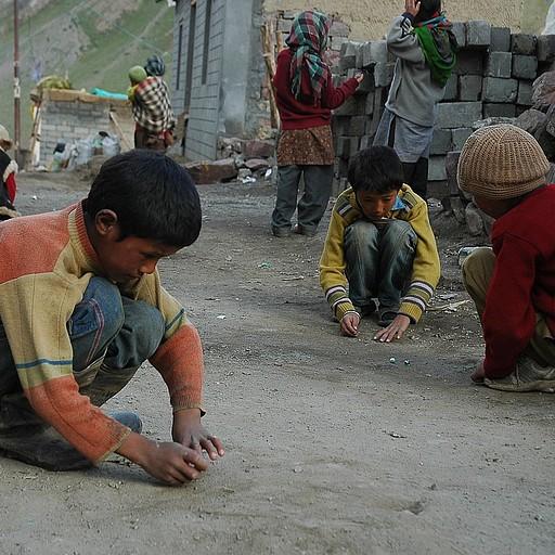 """הילדים מתאספים כל יום ב""""כביש הראשי"""" לשחק גולות"""