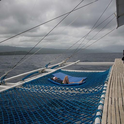 רשתות בצידי הסירה למנוחה בין הצליל